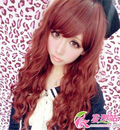 发型 刘海/玉米须的烫发发型,尽显出女生时尚的气息,漂亮的棕红色染发显...