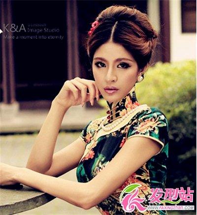端庄静坐的旗袍美人,中分盘发搭在精致轮廓,蓬松的发髻,优雅大气,多
