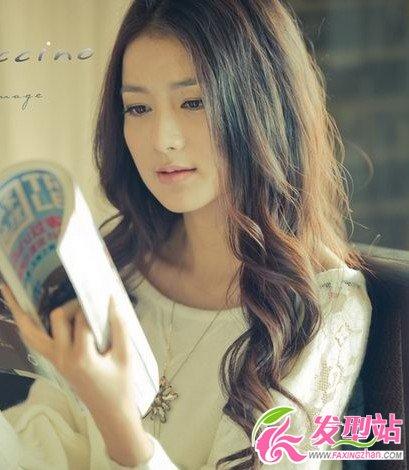 圆脸女生流行卷发发型  时尚韩式卷发塑造完美小脸
