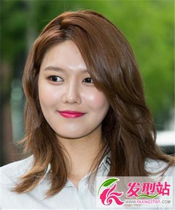侧分女生中长发发型 彰显韩式轻熟女的魅力(4)图片