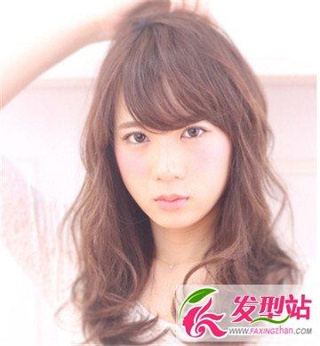 长脸女生适合什么发型 斜分刘海最修颜显气质