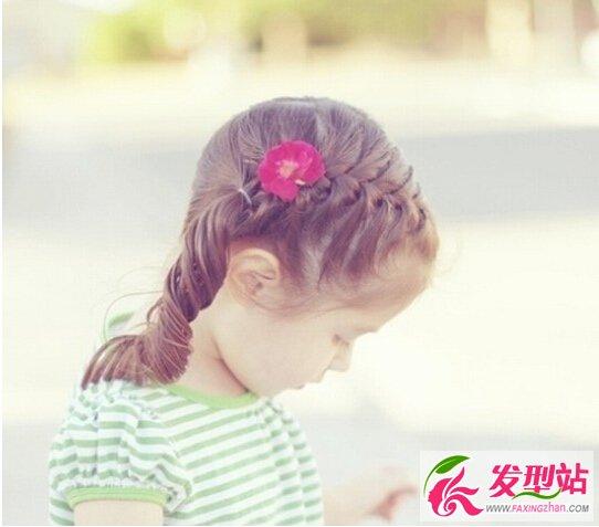 头发编成精致的蝎子辫,完美显露小女孩童年的个性甜美度,搭配一个红色图片