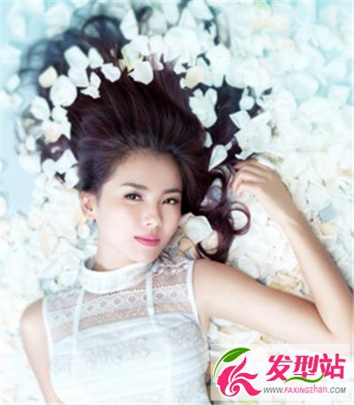 尚的无刘海新娘发型,慵懒的躺在草坪上,唯美又迷人.-刘涛款美发图片
