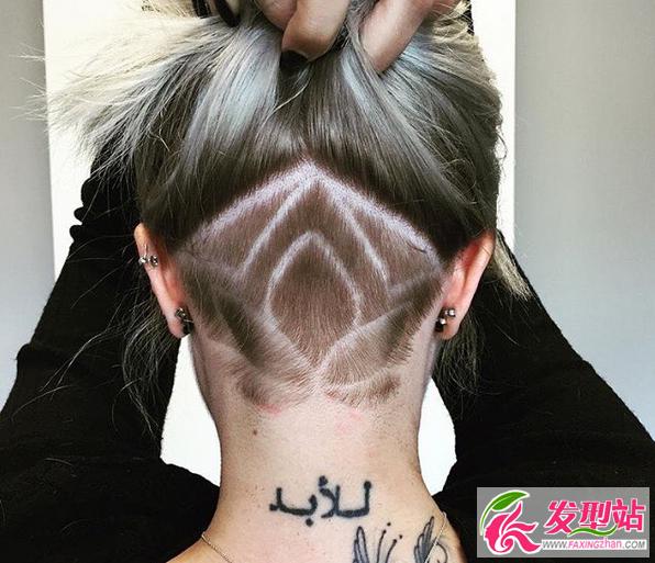 """女生非主流后脑勺剃一半雕刻纹身发型 从脖子到后脑勺剃掉一半,剃成寸头的部分再进行雕刻雕花设计,就像纹身一样,可以把自己喜欢的图腾雕刻上面,头发放下来就能""""毁尸灭迹""""的超帅发型,你心里的小恶魔已经蠢蠢欲动了吧。  女生非主流后脑勺剃一半雕刻纹身发型 不羁的个性,刺人的棱角或许我们会学着慢慢隐藏起来,但是不代表就失去个性。这款发型或许就是这样让你既可以释放自己不羁的一面,又不用担心完全暴露。  女生非主流后脑勺剃一半雕刻纹身发型 以前流行在耳朵两边剃成寸头,邓紫棋前年也还是剃半边的造"""
