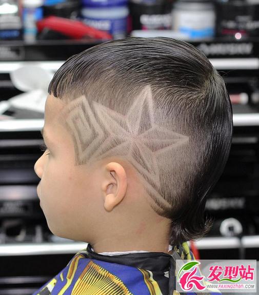 小男孩最新时尚莫西干剃一半雕刻花纹设计,半光头半寸头儿童雕花发型图片大全,夏天男生发型就这么剃!  钻石雕刻发型,非常简洁利落,头顶的头发梳理成背头造型,打造出霸气时尚造型。  弧形图腾设计,线条感的搭配非常有运动感。  五角星雕刻设计,这款莫西干后脑勺的头发还留出一个小揪揪。  整体剃短成寸头,搭配上渐变的修剪出花纹。  经典莫西干造型,搭配渐变修剪的花纹雕刻。  莫西干刀疤痕雕刻,半光头的设计霸气十足。