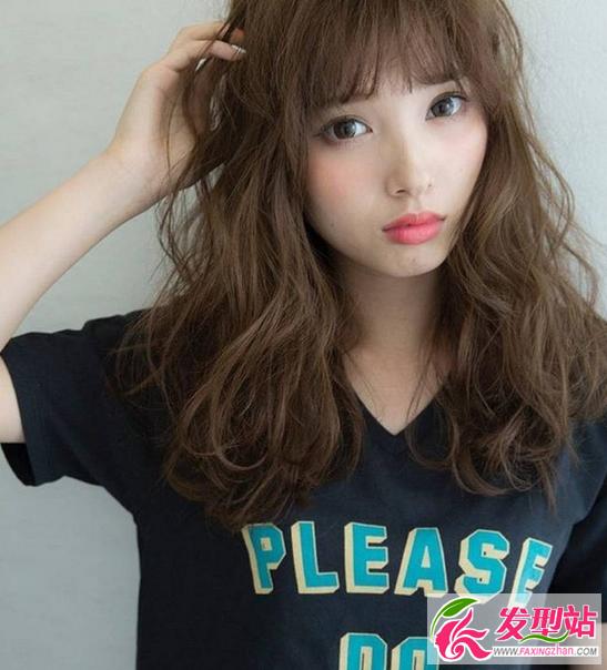 用蓬松卷打造秋意微凉 文艺女青年必选烫发发型图片
