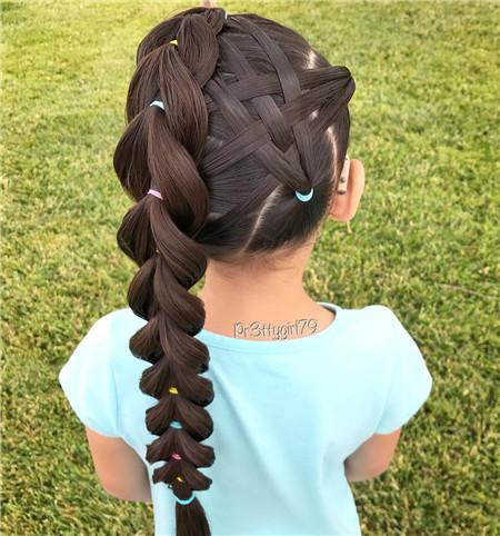 小女孩马尾扎发