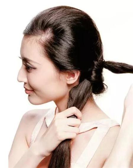 发型站 发型设计 发型diy    将头发分成两部分,上下分量为1:3.
