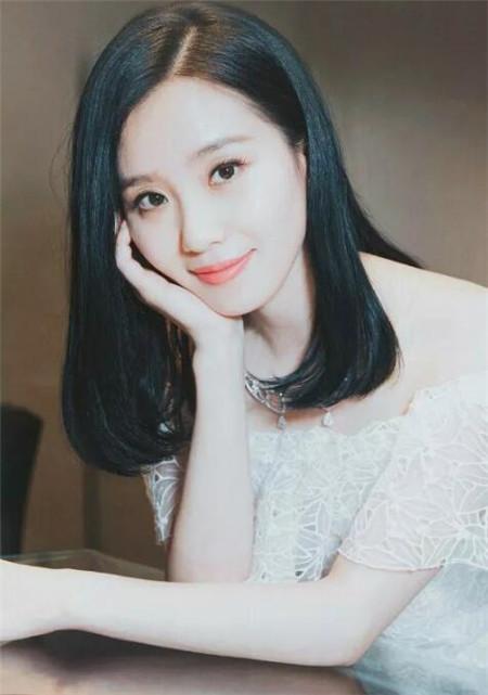 浅色显白的长发搭配二次元刘海,圆脸女生看着更加有甜美和可爱感.图片