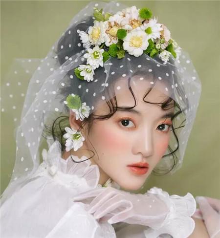 发型站 女生发型 新娘发型    森系鲜花新娘发型,是这几年新娘子结婚