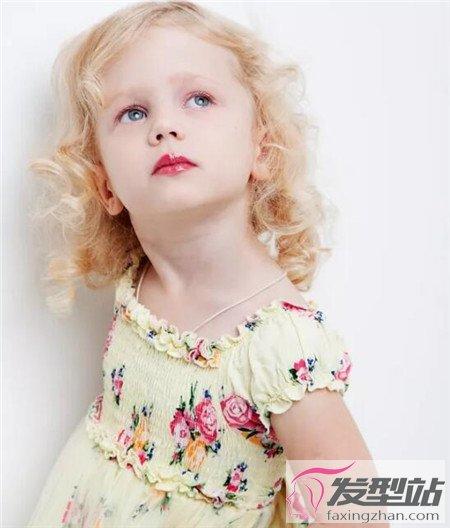 自来卷的小女孩发型 最呆萌的卷发小美女图片