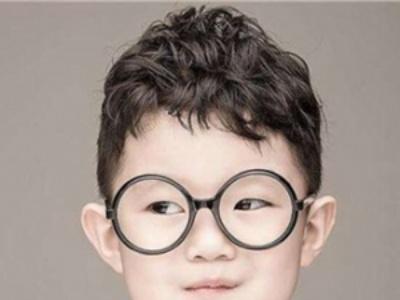韩国男童卷发发型 时尚从幼儿开始培养图片