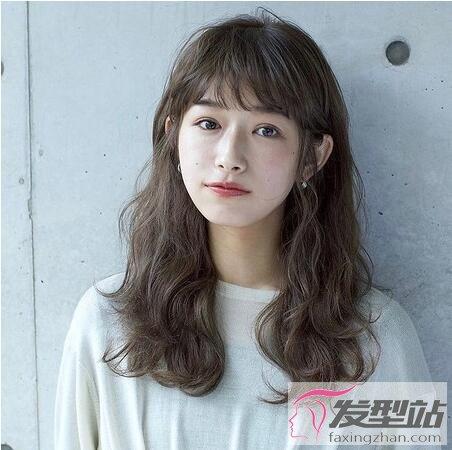 发型站 发型设计 卷发发型    日本街头最常见的及肩长度,少了短发给图片