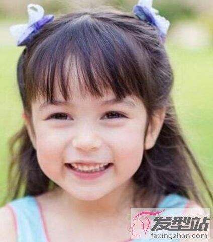 虽然有些杂乱却也很洋气,将长发双扎成马尾辫,让小女孩更加活泼可爱.