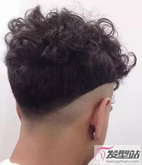 顶部头发梳理整齐,凌乱中却不会带来厚重感,简约的设计让男生更帅.图片