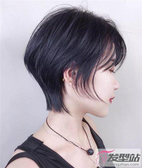 奶茶金空气烫短发,一样是将后脑勺的头发吹蓬松的发型,纹理感空气