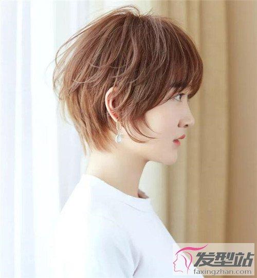 发型站 流行发型 时尚发型    奶茶金空气烫短发,一样是将后脑勺的
