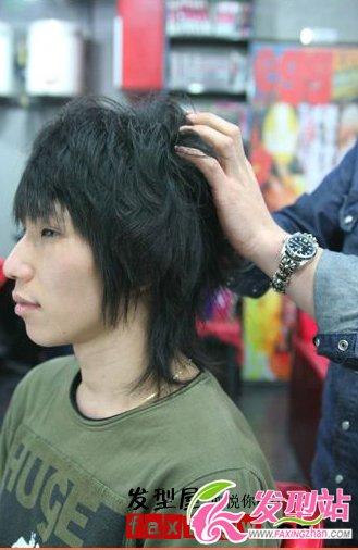 打理男生蓬松发型方法(7)