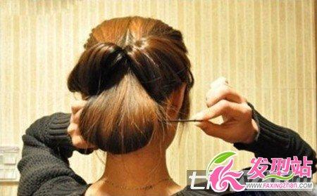 长发简单盘发发型教程 打造ol气质淑女风 步骤六:把发尾部分卷起塞进图片