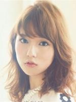 大圆脸MM们适合什么发型 靓丽中长发烫发最修颜吸睛