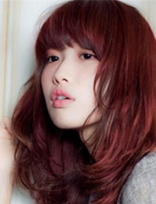 女生酒红色头发图片 显白时尚最受欢迎