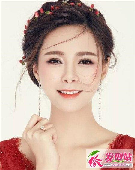 喜欢偶见发型的新娘子,可以尝试这类型的新娘发型,红棕色的发色与图片