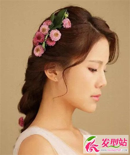 韩式鲜花新娘编发,采用蜈蚣辫的编发手法设计,打造出时髦感和优雅图片