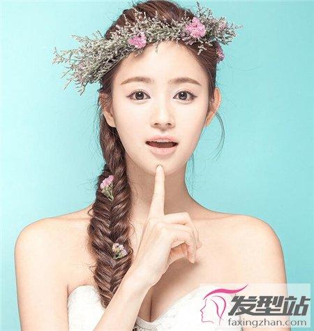 新娘发型怎么扎好看 低发辫花饰扎发做妩媚新娘