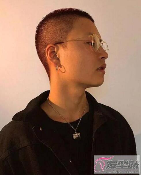 头发硬又贴头皮的男生适合什么发型