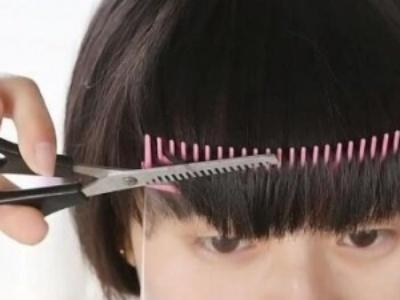 自己剪刘海总是失败?小姐姐自制剪发神器在办公室就可开剪了!