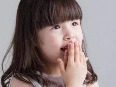 可爱小女孩齐刘海发型 时尚呆萌从小就很淑女