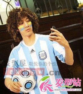 王力宏新发型戴爆炸式假发 穿阿根廷球服扮搞怪