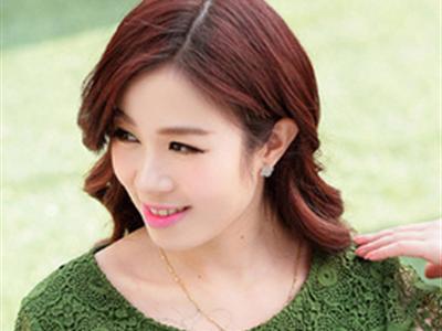 夏季职场女性长卷发发型 尽显知性优雅气质