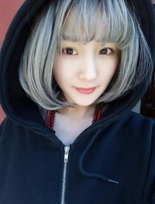 杨幂非主流青木亚麻灰发色 杨幂微博头发颜色叫什么