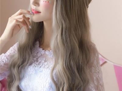 亚麻色梨花头卷发 最新流行染发发型