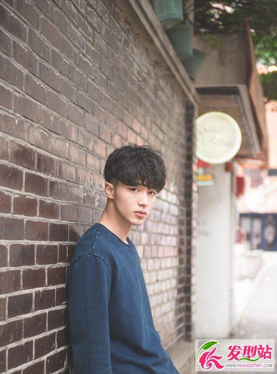 男生头发两侧内掏空发型设计 微卷锅盖头帅爆[16P]