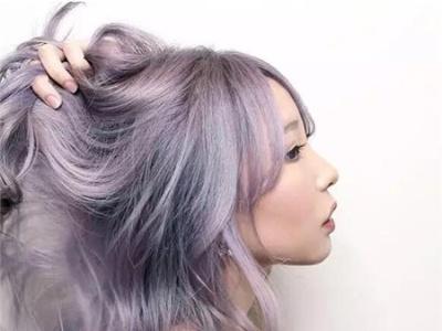"""染发流行""""灰色小调"""" 灰紫色发色图片"""