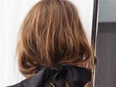 10秒打造约会发型 一根丝带打造女神
