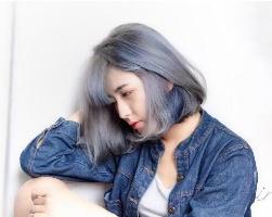 雾灰色调的莫兰迪雾蓝发色 用冷色调让你清凉一夏