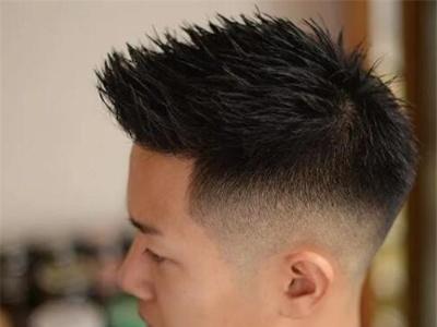 男生最新流行发型 两侧铲短是时尚主流