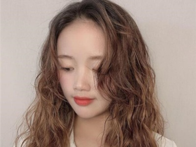 空气感羊毛卷烫发 发量少适合的发型