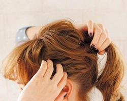 头发少怎么扎马尾 蓬松马尾扎发步骤凸显发量感