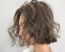 中短发线条烫发型 时髦个性凸显发量