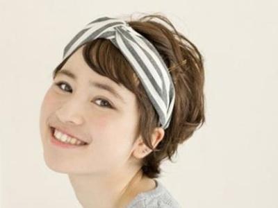 短发怎么戴发带 最简单短发戴发带步骤教程