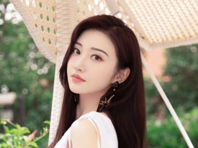 景甜白色V领连衣裙写真 仙气满满像极了初恋女友的样子