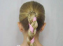小女孩怎么编头发好看 粉色发带麻花辫俏皮可爱