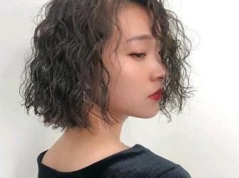 今年中短发烫什么发型 满头小卷烫巨时髦巨显发量